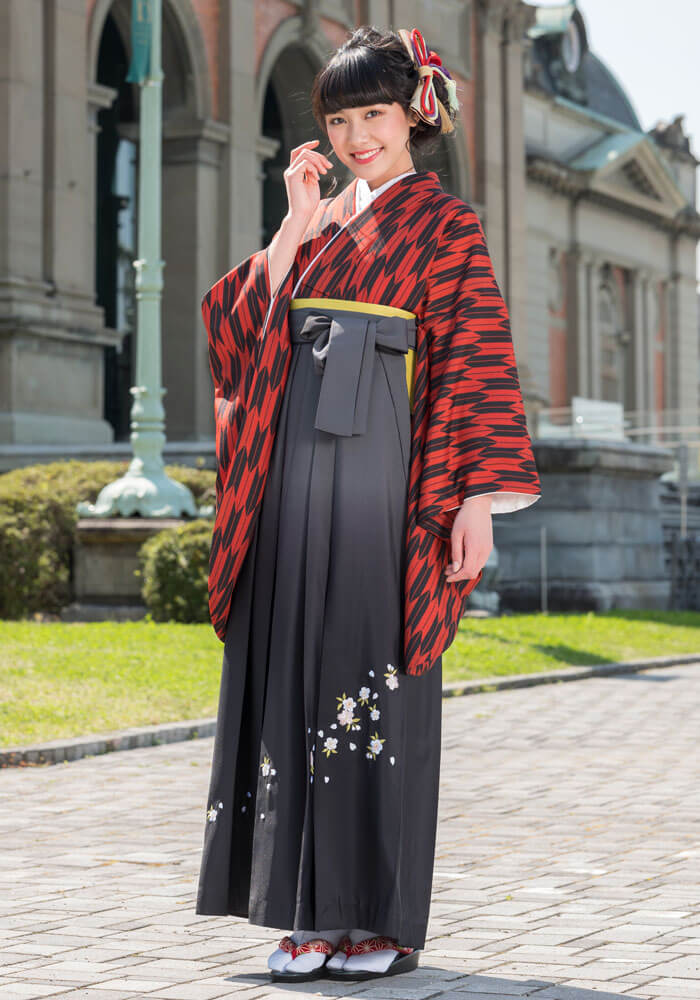 着物:赤黒矢がすり/袴:グレーボカシシシュウ