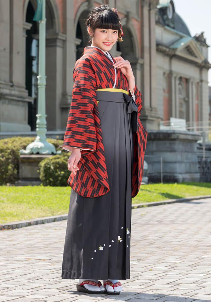 赤と黒の組み合わせでシンプルながら力強い印象に。レトロな矢絣柄の袴スタイルがぐっとモダンな印象になります。