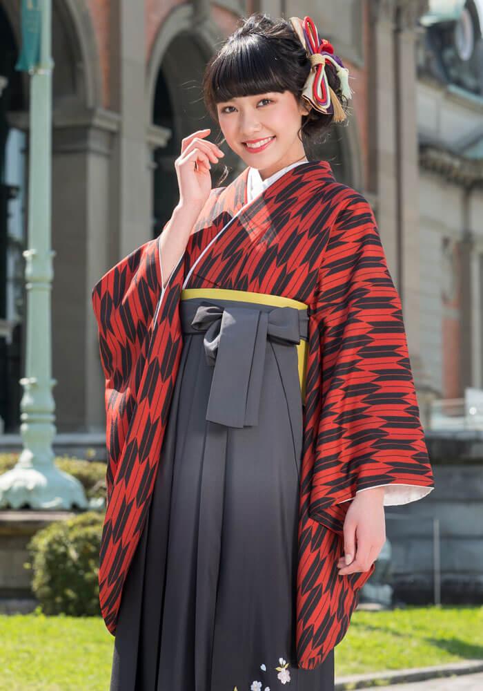 グレーのグラデーションに施された刺繍が色鮮やか。 シックな大人の袴の装いに。