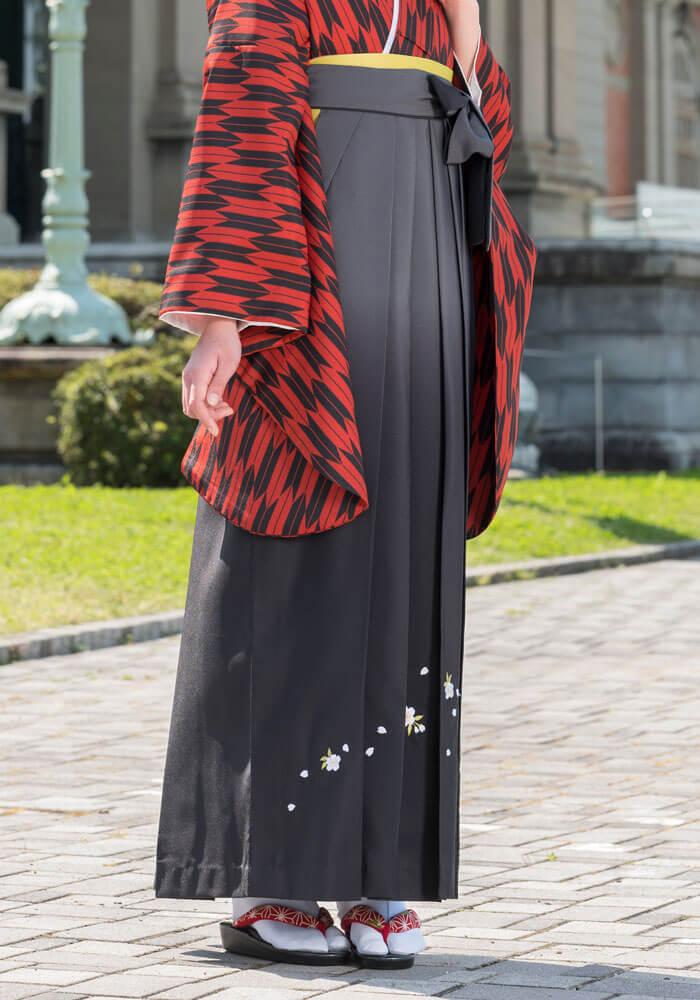 桜の刺繍とグレーのグラデーションが入った袴