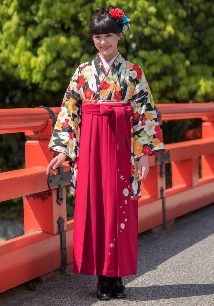 着物:黒白矢がすり梅と牡丹/袴:ローズ友ヤエザクラ