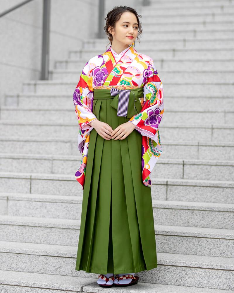 赤い色の花柄が大胆にあしらわれた着物[CCC596]と抹茶色の袴[MAS017]を組み合わせた卒業袴コーデ。