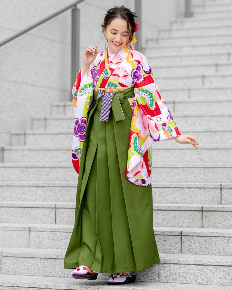 愛らしい梅の花を白い生地で引き立たせたお着物で、きらびやかさと清楚さを演出しています。
