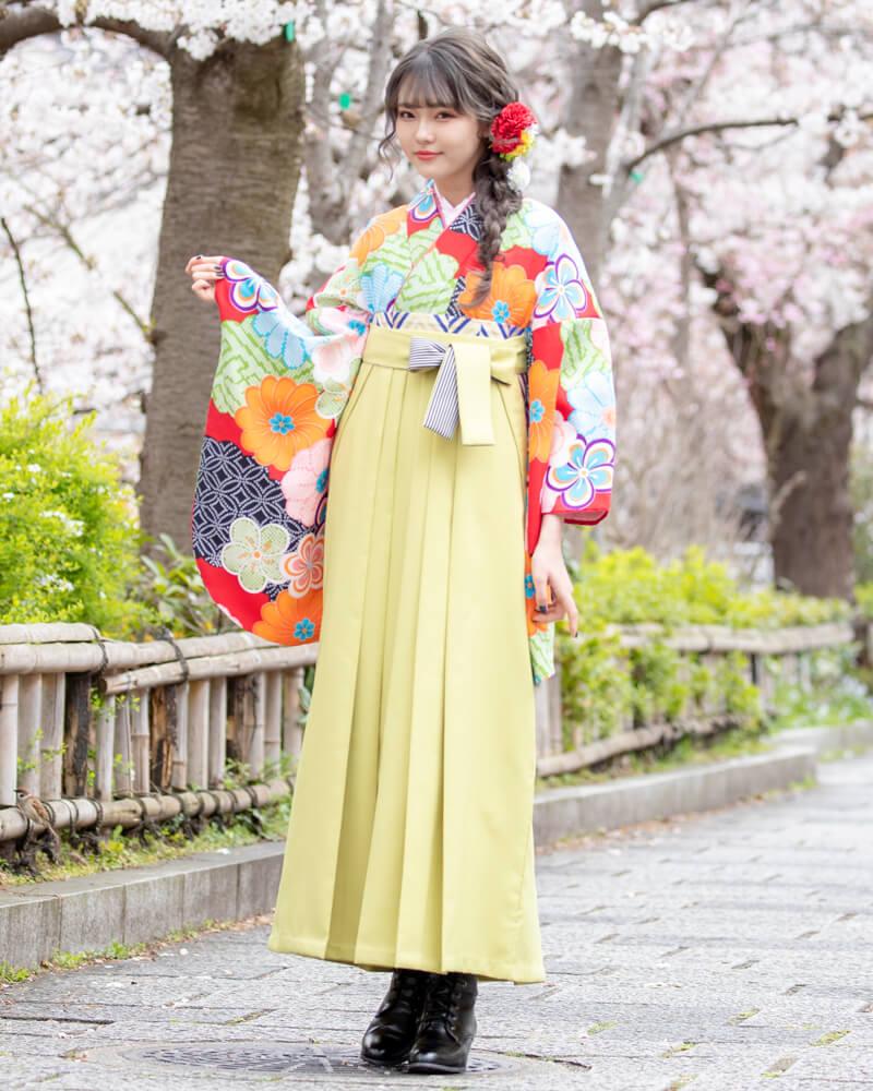 レンタル着物:赤地にねじり梅とかのこ雲+レンタル袴:モスグリーンひも縞のコーディネート。