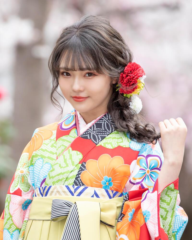 みつあみのダウンスタイルが似合う袴コーディネート。