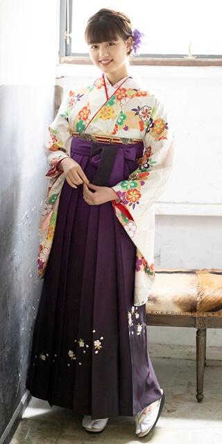 着物:クリーム扇面に流し花/袴:ムラサキシシュウ
