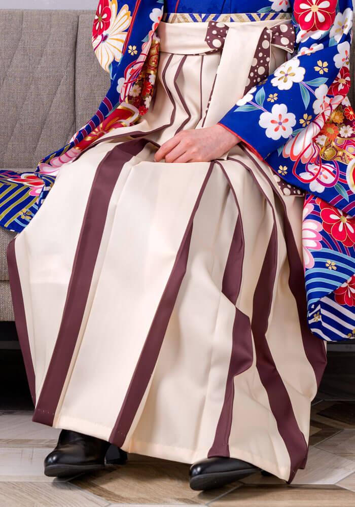 茶色のラインが可愛いクリーム色のネットレンタル袴です