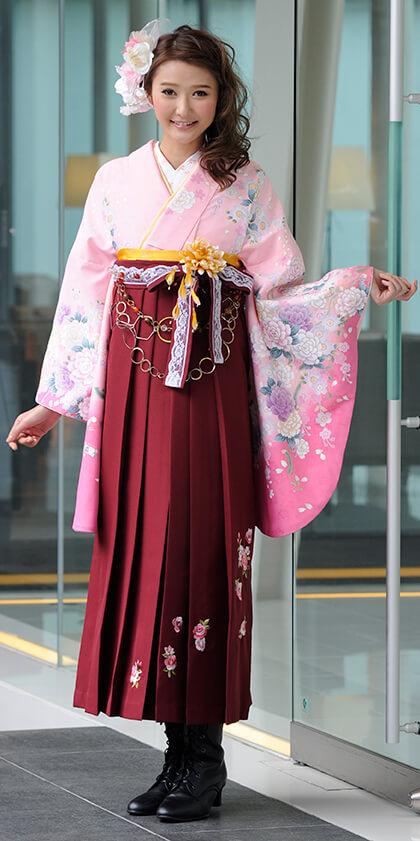 着物:ピンク・桜とバラ_袴:赤・エンジローズシシュウ