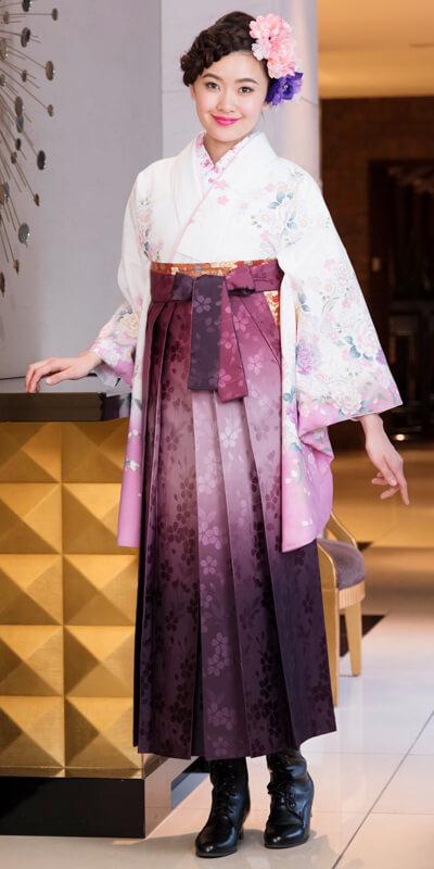 着物:白にフジ・桜とバラ/袴:総柄アズキボカシ