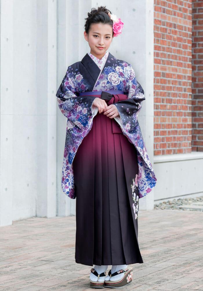 着物:黒地紺紫ボタン刺繍/袴:アズキボカシバラシシュウ