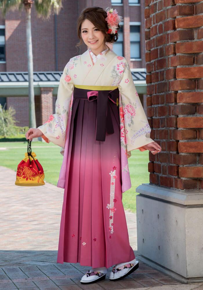 着物:クリームにボタンラメ刺繍/袴:TRピンクぼかしレース桜