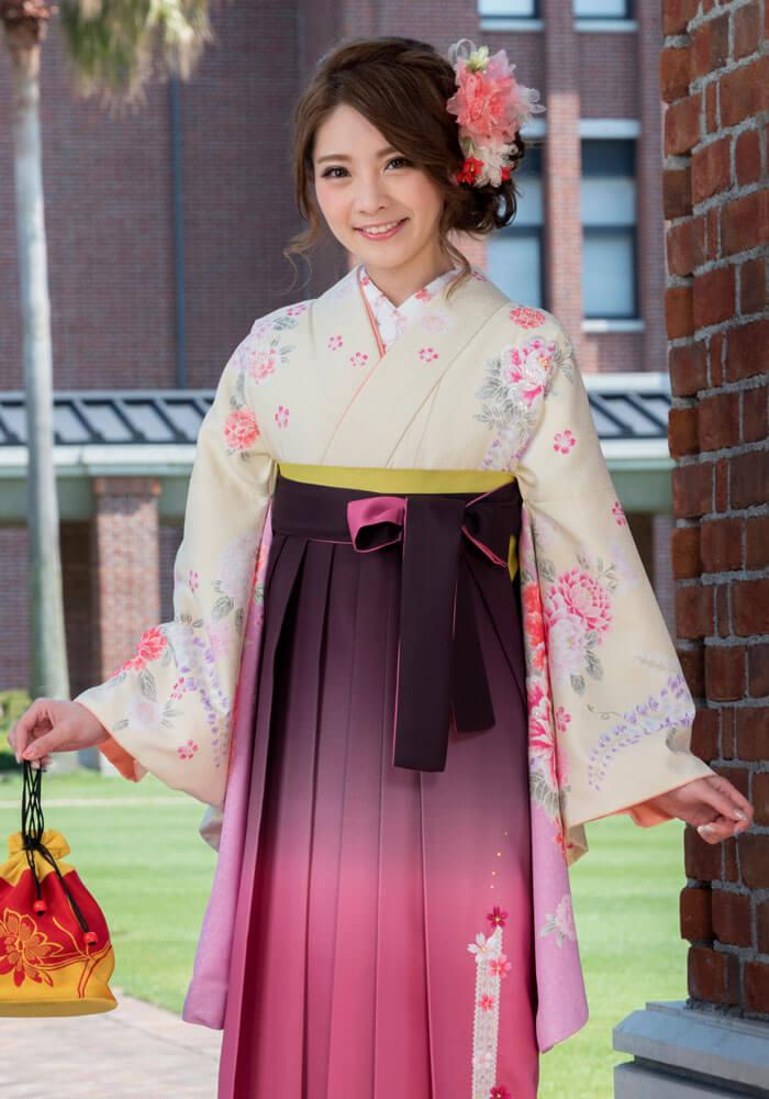 クリーム地の着物とピンクの袴