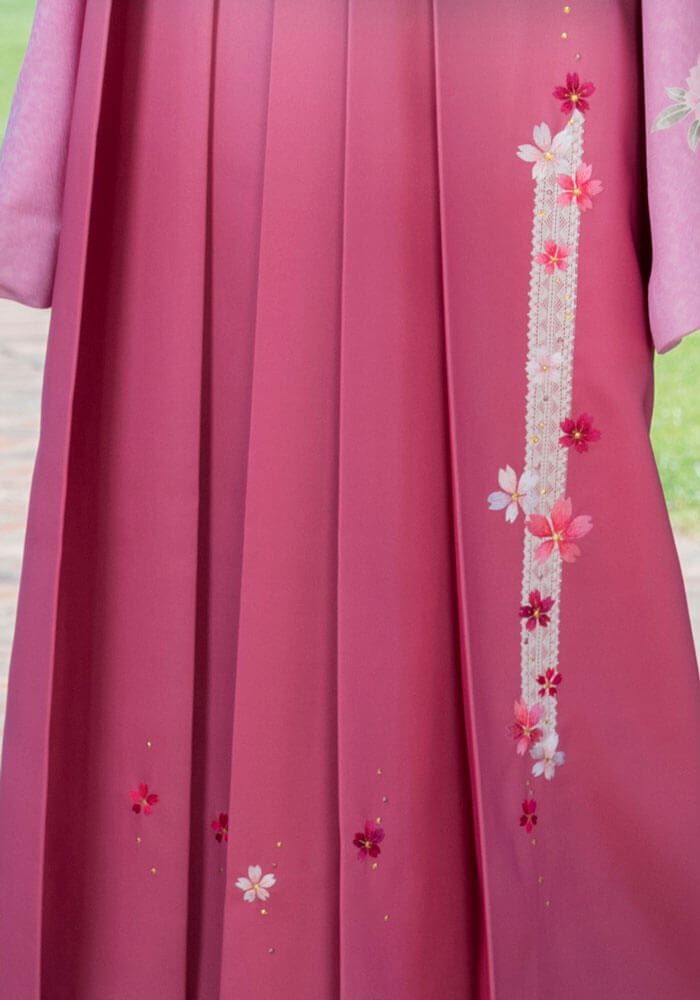 レースも施されてピンクの袴