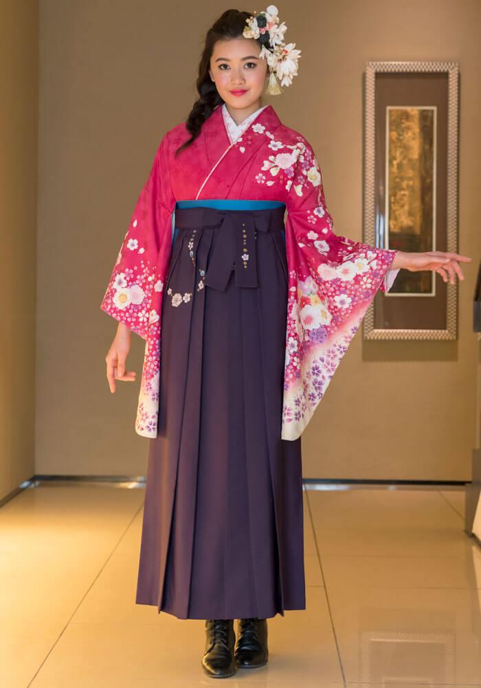 ローズ色に花柄の着物[DDD808]と、紫色の袴[MRY212]の組み合わせた卒業袴コーデ