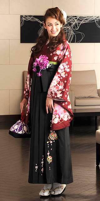 着物:赤茶ラメぼたん桜ちらし_袴:クロ手まりシシュウ