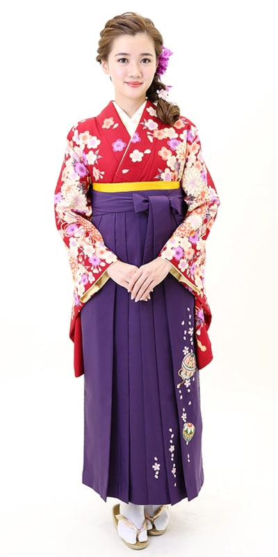 着物:アカ束ね菊・桜/袴:ムラサキ手まりシシュウ
