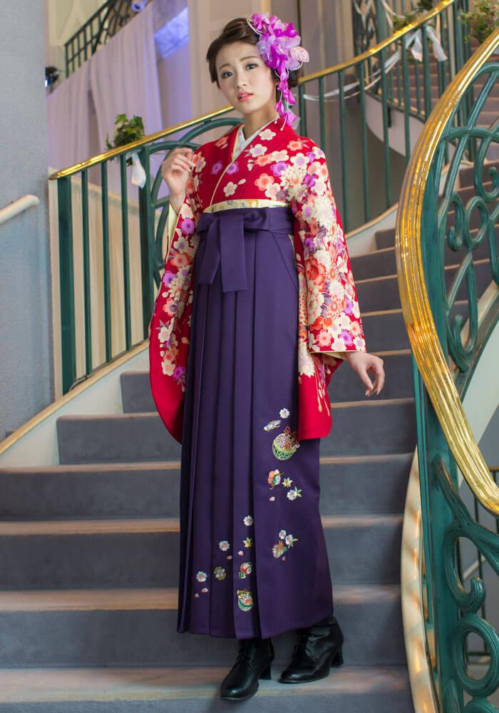 着物:アカ束ね菊・桜/袴:ムラサキ鈴におしどり