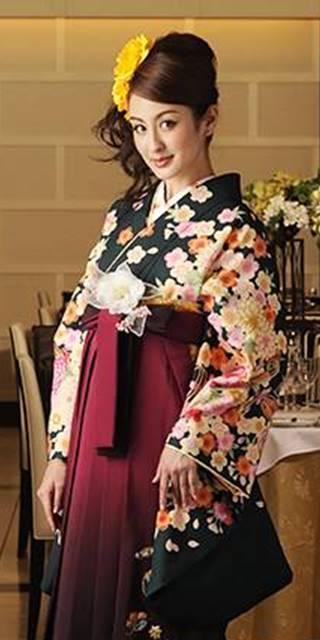 着物:フカミドリ束ね菊・桜_袴:ワインボカシ鈴におしどり