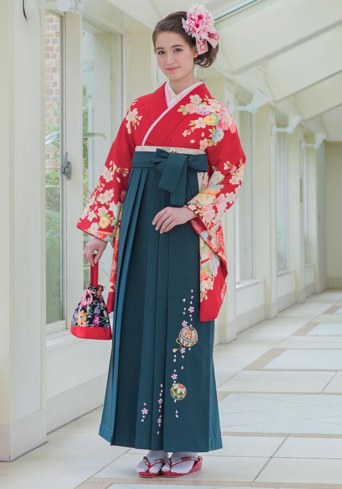 着物:アカのしめ雪輪ぼたん/袴:フカミドリ手まりシシュウ