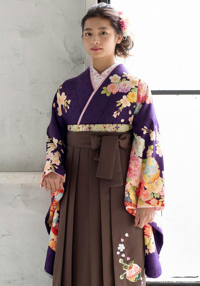 京都さがの館でネットレンタルできる刺繍入りの茶色い袴