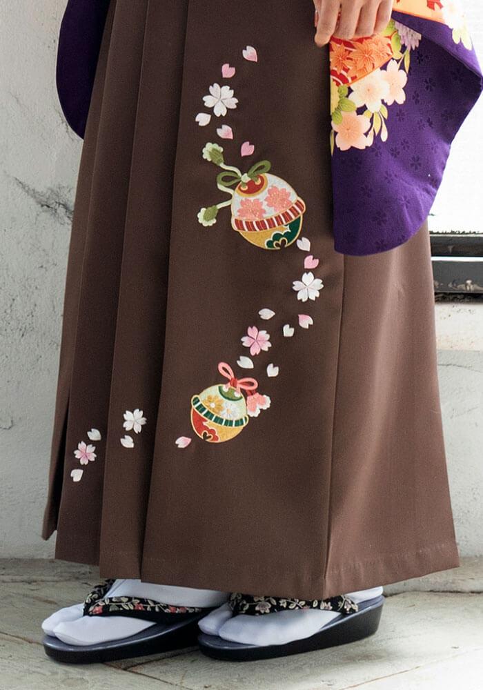 鈴や桜の刺繍が入った茶色のネットレンタル袴