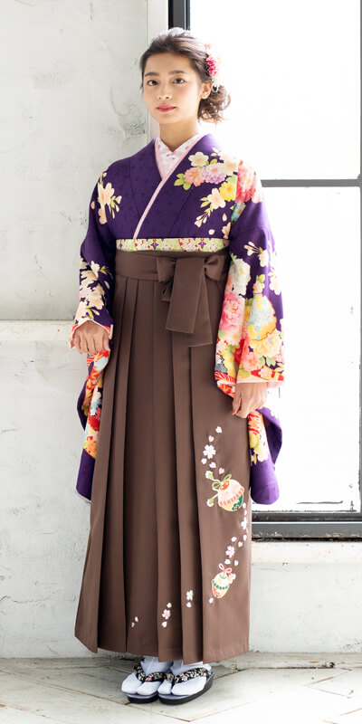 着物:ムラサキのしめ雪輪ぼたん/袴:チャイロ鈴桜