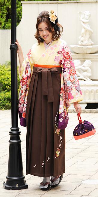 着物:クリーム袖ムラサキ手まり菊_袴:チャイロ鈴桜