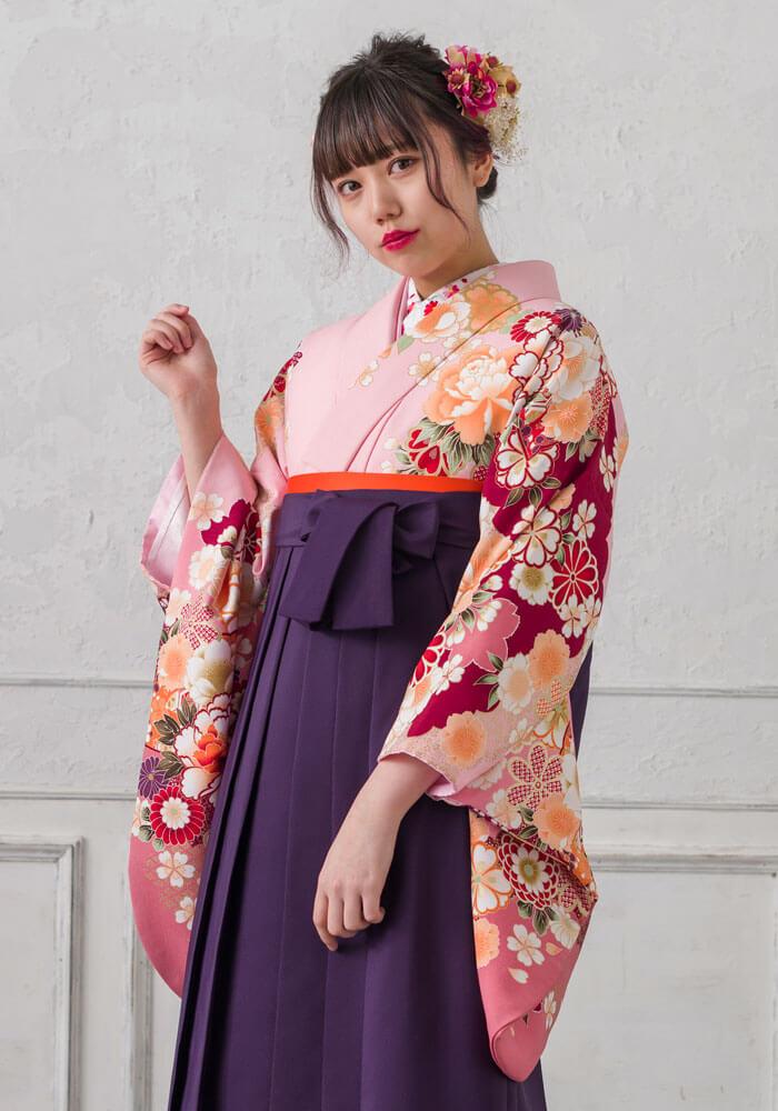 優しいピンクの着物に紫の袴を合わせたコーデ