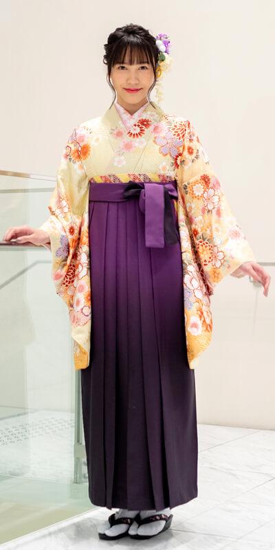 着物:ベイジュ手まりに御所車/袴:ムラサキボカシ