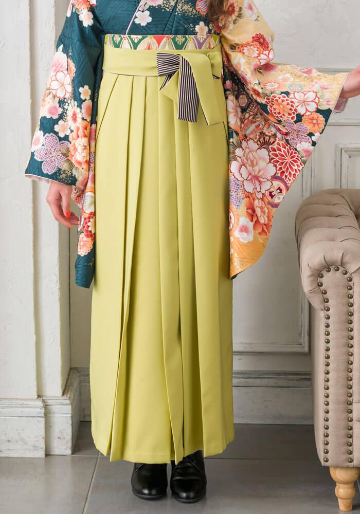 深緑の着物にモスグリーンの袴を合わせたコーデ