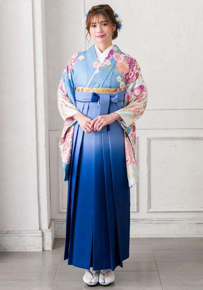 水色の着物にブルーの袴を合わせたコーディネート