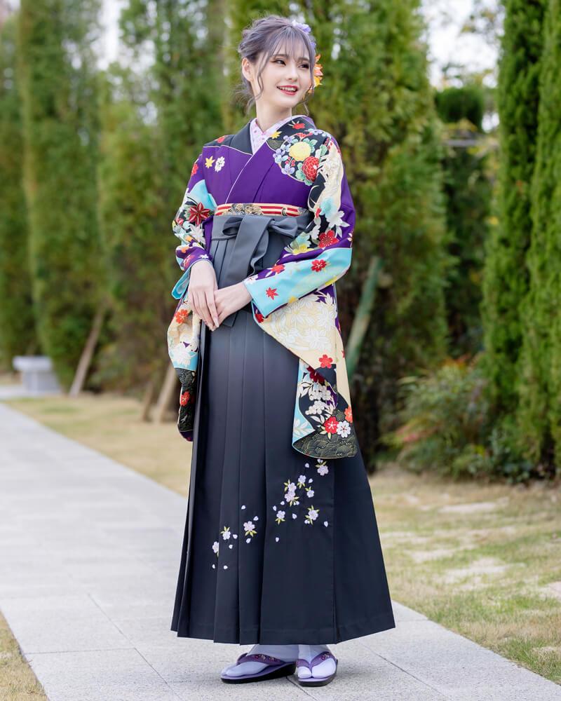 豪華な友禅四季花が紫色の妖艶さを引き出し、大人な卒業式袴コーディネートにぴったり。
