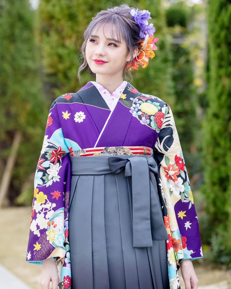 グレーの袴に花の刺繍の着物がアクセントでオシャレです。