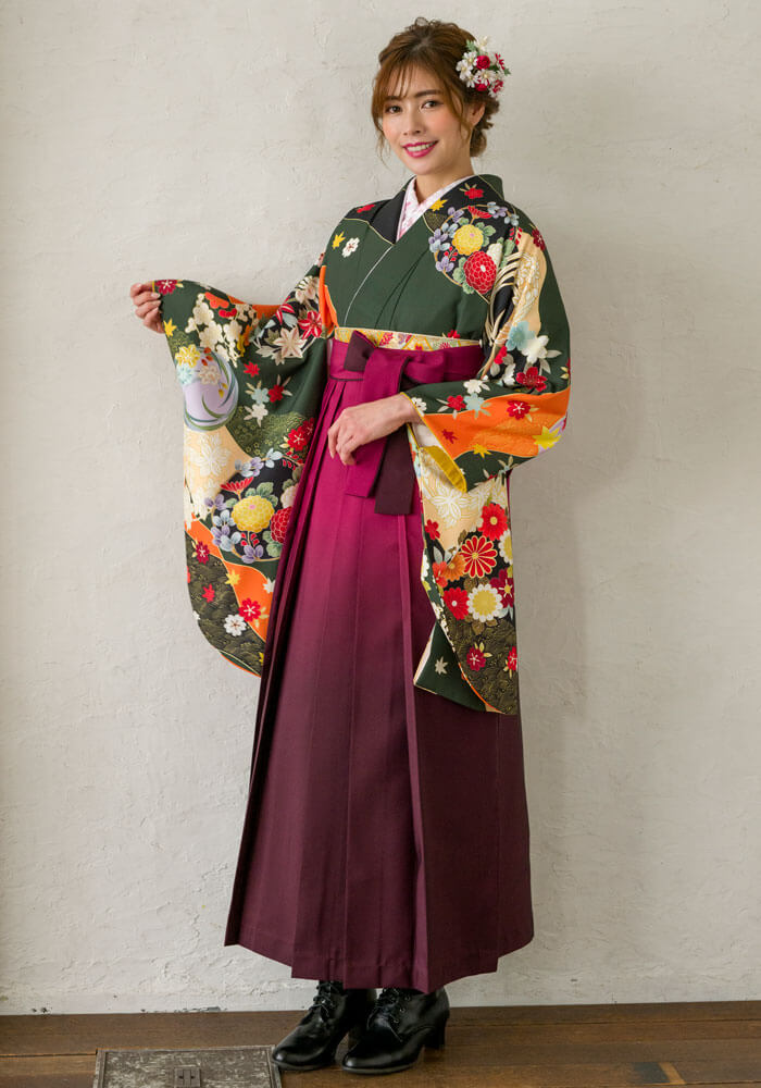 卒業式らしい緑の着物に若々しいピンクの袴を合わせたコーデ