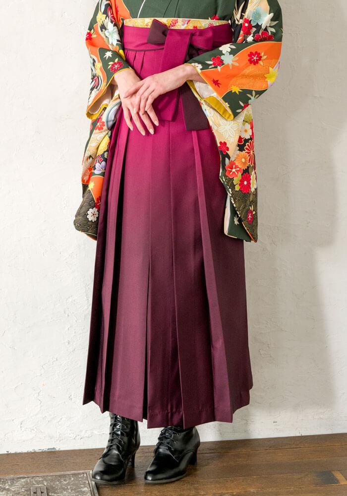 グラデーションがかかったピンクの袴がおすすめです。