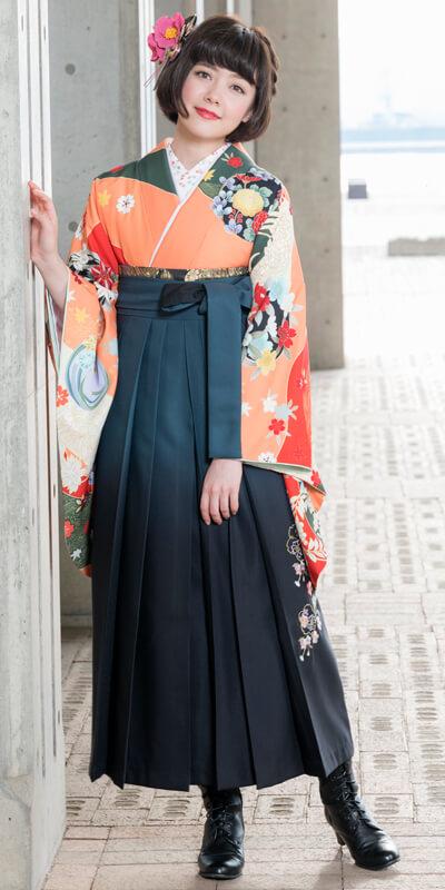 着物:オレンジ友禅四季花/袴:グリーンボカシ花かごシシュウ