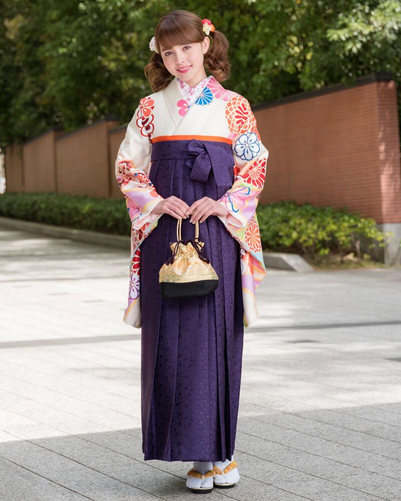 クリーム地に矢車柄の着物[DDD869]と紫色の袴[MSK093]を組み合わせた卒業袴コーデ。