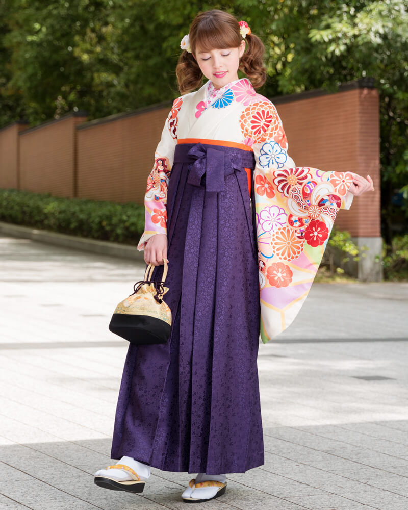 クリーム地に矢車柄の着物[DDD869]と紫色の袴[MSK093]を組み合わせた卒業袴コーデ。別アングル