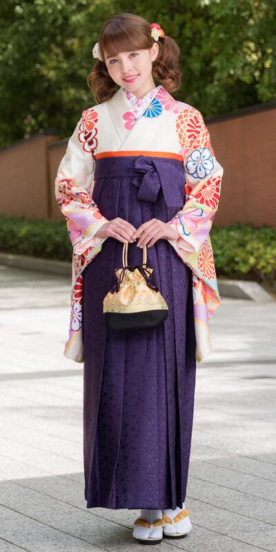 着物:クリーム地パステル矢車/袴:紫サクラ小紋