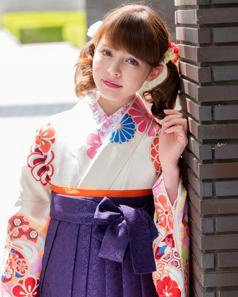 クリーム地に矢車柄の着物[DDD869]と紫色の袴[MSK093]を組み合わせた卒業袴コーデ。爽やかさと和服らしい高貴さを感じさせる卒業袴コーデです