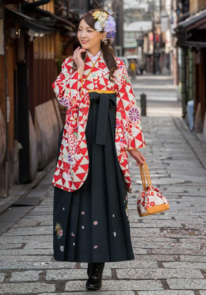 【着物】赤ウロコに花文様+【袴】グリーンキクシシュウ
