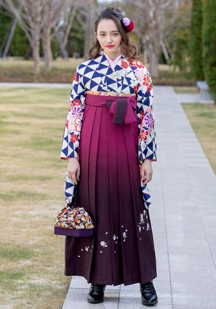 着物:紺ウロコに花文様/袴:ワインボカシシシュウ