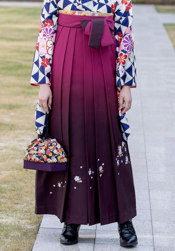 卒業式らしい桜の刺繍が入った袴