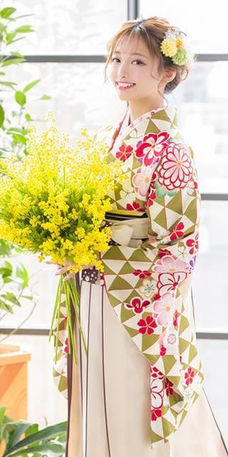 着物:黄緑ウロコに花文様