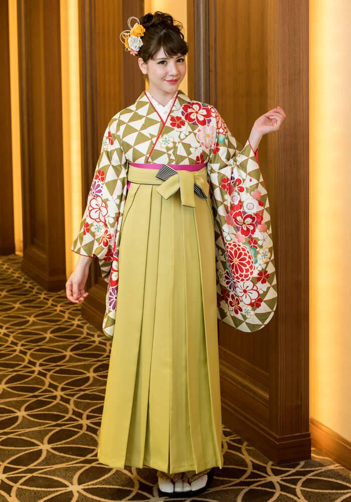 着物:黄緑ウロコに花文様/袴:モスグリーンひも縞