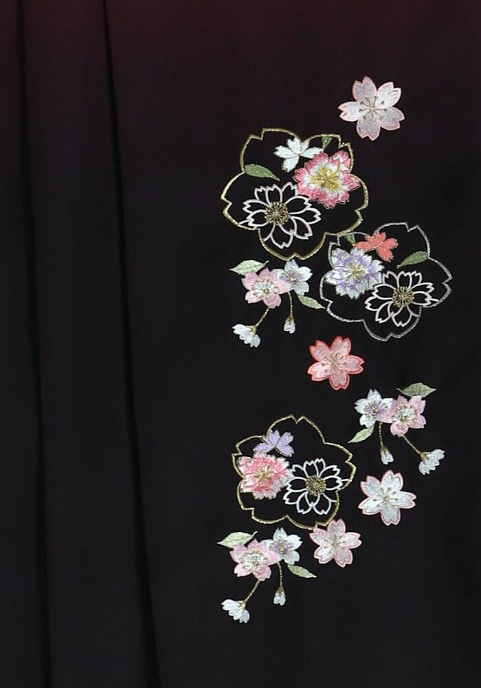 卒業式に着る【袴】アズキボカシ花かごシシュウのアップ写真