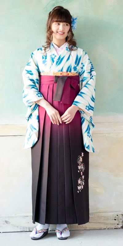 着物:ブルー矢がすり桜/袴:アズキボカシ花かごシシュウ