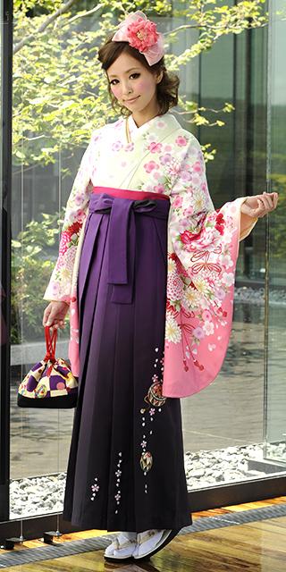 着物:ウスグリーン束ね菊・桜/袴:ムラサキボカシ手まりシシュウ