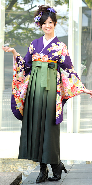 着物:ムラサキのしめ雪輪ぼたん/袴:モスグリーンボカシ
