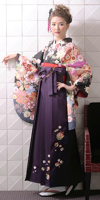 着物:クロに大花肩ムラサキ/袴:ムラサキ鈴におしどり